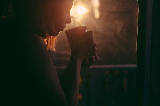 Женщина пьет отвар